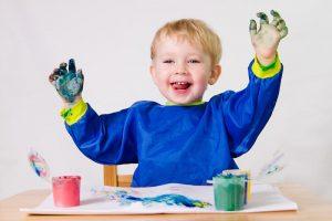 niño pintando con dedos en vicálvaro